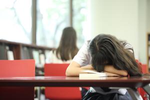 【寝不足の勉強は逆効果】試験勉強にベストな睡眠時間は?