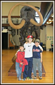 Kids with Mastodon Skeleton - Rutgers Geology Museum | Find out more at www.thingstodonewjerse.com | #nj #newjersey #newbrunswick #rutgers #geology #museum #dinosaurs #mineral #rocks #daytrips #kids