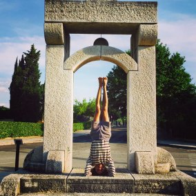 Jerry-Balderas-headstand-in-Rapolano-Terme