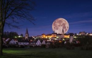 Warburg, Südansicht bei nacht.