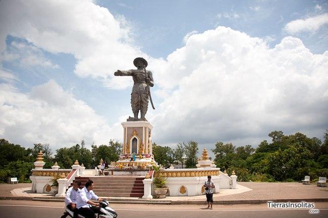 estatua de Chou Anoung en Vientiane