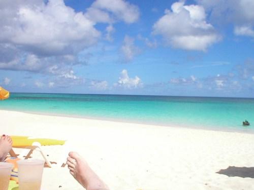 Føttene våre soler seg. Resten av oss slapper av og leser. Jeg elsker å lese i ferien, helst under en parasoll i Karibien som her.