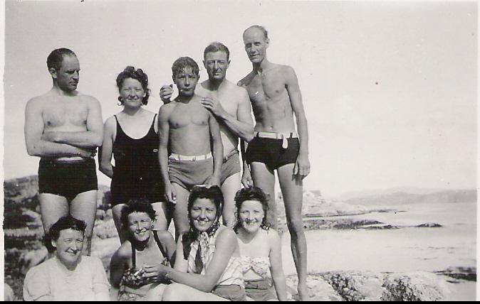 Oldemor Kaspara med noen av sine etterkommer i badestranden på Innlandet.