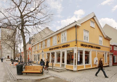 """Nordre gate 2 i Trondheim hvor """"Optikus Iversen"""" har holdt til siden 1869"""