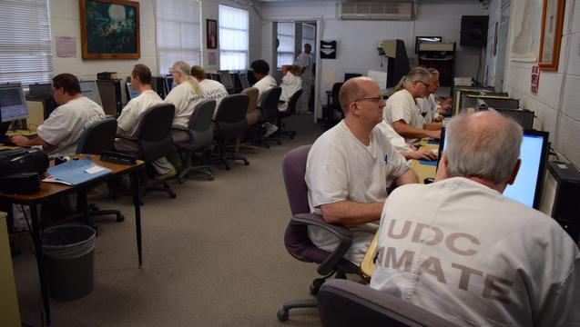 Innsatte i fengsel som arbeider med indeksering for FS. Bildet er lånt i fra Newsroom