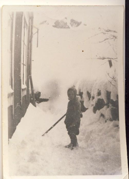 Min mor i bakgården, Garverigata i Kristiansund ca 1943