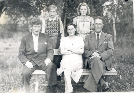 Foran fra V: Min farfar Ingevart og ved siden av ham min farmor Jonette, min far en den unge gutten bak.