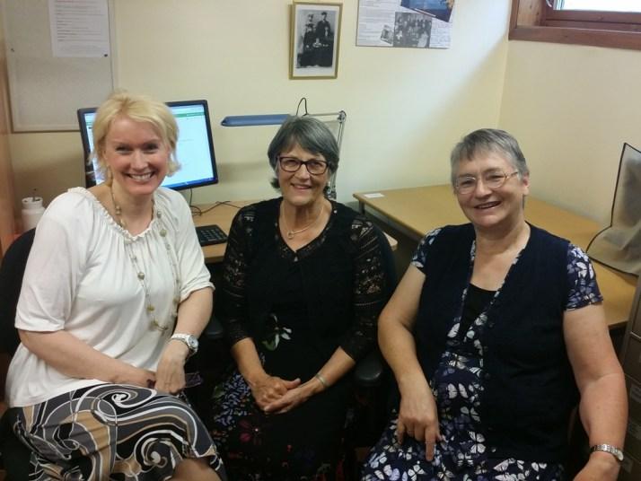 Her er jeg med Lyn McOnie i midten og Margaret Strand til høyre på slektssenteret i Moss