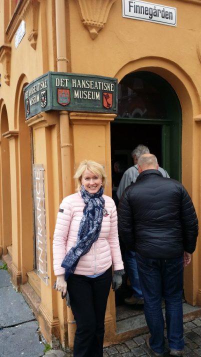 Her er jeg utenfor den første gården og stuen til Hanseeatene på bryggen i Bergen.