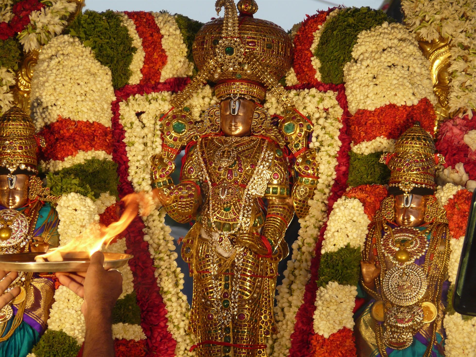 Sri Venkateswara Swamy Hd Wallpapers Sridevi Bhudevi Sametha Lord Malayappa Sri Venkateswara