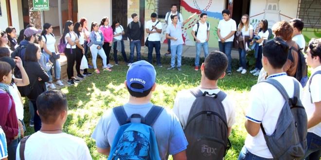 VISITA DE ESTUDIANTES DE LA UCA AL CENTRO CULTURAL JON CORTINA.