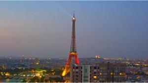 Der Eiffelturm in schwarz-rot-gold