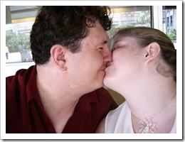 Los besos los siento forzados.