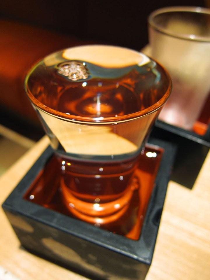 普通の居酒屋では枡にあふれるほど日本酒をつぐ。