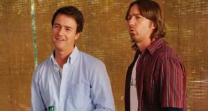EDWARD NORTON FRATELLI IN ERBA (2009) Bill e Brady Kincaid sono due gemelli estremamente diversi - l'uno professore, l'altro coltivatore di marijuana - costretti a collaborare per fare le scarpe a un boss della droga in Fratelli in erba, interpretato da un poliedrico Edward Norton.