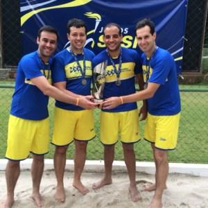 Da esquerda para a direita, os campeões do vôlei de praia pela MRS Logística de Juiz de Fora: Higor Millen, Henrique Martins, Pedro Cunha (Panda) e Bruno Lopes