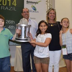 O troféu foi recebido pelo diretor executivo Artur Giovannini e pela coordenadora geral Izabel Loures