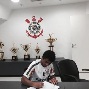 Arthur no momento da assinatura de seu primeiro contrato profissional, pelo Corinthians