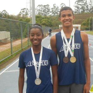 Noemi e João exibem orgulhos as medalhas conquistadas nos Jogos Escolares da Juventude