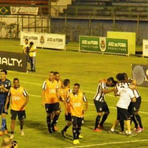 Jogadores comemoram primeiro gol do Tupi, com participação dos reservas