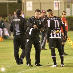 Estevam orienta Hiroshi durante a partida contra o Bahia: trenador vê encaixe das peças na nova disposição da equipe em campo