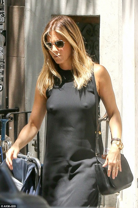 No Girls Allowed Wallpaper Omg Jennifer Aniston Shows Of Nipples In Bra Less Outfit