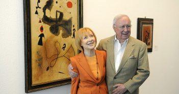 Ulla and Heiner Pietzsch com Sunrise (1946), de Miró, obra de sua coleção
