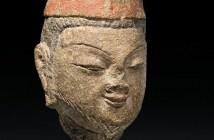 Uma cabeça pintada do arenito de Vimalakirti (Wei Mo) dos templos da caverna budista de Yungang, Shanxi, dinastia do norte de Wei (cerca de 465-494) (Imagem: cortesia de JJ Lally)