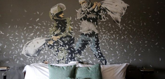 Todos os quartos do hotel têm obras do artista