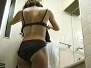 【コスプレ着替え盗撮動画】メイド喫茶で働く黒の下着を着けたギャルがメイドに着替える様子を隠し撮り…