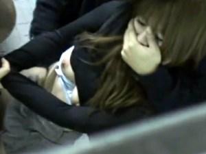 【レイプ盗撮動画】公衆トイレに連れ込まれたキャバ嬢っぽいギャルを洋式トイレに縛って強姦中出し…