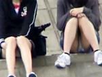 【座りパンチラ盗撮動画】デニムスカートから白色の綿パンツが丸見えのロリ顔素人を街撮り盗撮…