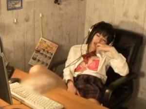 【ネカフェ盗撮動画】制服女子校生が漫画喫茶の個室ブースでAV見ながら開脚オナニーを隠し撮りww