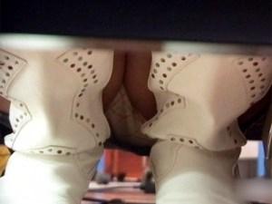 【棚パンチラ盗撮動画】レンタルDVD店内で緊張の棚下をM字パンチラ隠し撮り…個人撮影の流出か!?