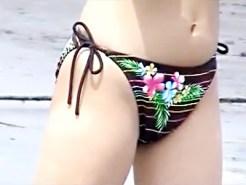 【水着ギャル盗撮動画】2015年の夏も目前wwほぼ下着同然の過激水着を着て海で遊ぶ素人を隠し撮りww