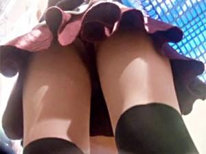 【逆さ撮り盗撮動画】黒ニーソックスにミニスカートで絶対領域が男心くすぐる素人ギャルのパンチラ隠し撮りww