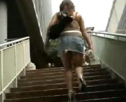 【階段パンチラ盗撮動画】見上げた時の優越感…デニムミニスカの素人ギャルの凄く自然な街撮り盗撮ww