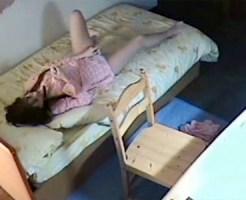 【家庭内盗撮動画】姉の室内に隠しカメラ…携帯マッサージ機で肩コリ治す姉がクリにローター押し当てた瞬間ww