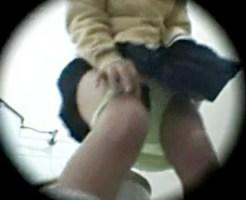 【レイプ盗撮動画】洋式トイレでオシッコをしていたギャル女子校生の悲劇の瞬間をご覧下さい…