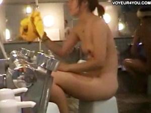 【銭湯盗撮動画】シャワーで身体がテカテカになりエロさ増した尻デカ素人を女湯で隠し撮り…