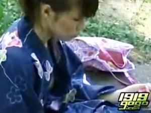 【胸チラ盗撮動画】夏祭りの待ち合わせで浴衣ギャルがノーブラ乳首ポロリ事故を接写隠し撮りww