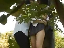 【JK青姦盗撮動画】白昼から公園で派手なパンツを脱がされ手マンで喘ぐ制服女子校生カップルを隠し撮り…