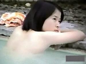 【露天風呂盗撮動画】吉高由里子に似た清楚な素人女子を女湯盗撮…ロリ顔過ぎるが一体何歳だ…