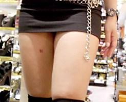 【街撮り盗撮画像】パンチラ目前ww露出多めの服装をした太ももがエロい素人女性を隠し撮りww
