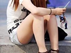 【街撮り盗撮画像】夏場に出没するホットパンツ履いたムッチリ太ももの素人ギャルを隠し撮りww