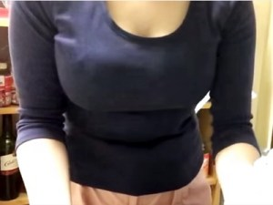【家庭内盗撮動画】旦那が羨ましい着衣巨乳の人妻を台所で隠しカメラ撮りした映像がYouTubeに流出ww