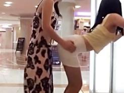 【Vine盗撮動画】女子校生の間で流行ってるフリフリモンスターが完全に立ちバックで腰付きエロ過ぎww