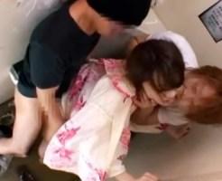 【便所レイプ盗撮動画】花火大会に浴衣で参加していた素人ギャルを公衆トイレで男2人の強姦…