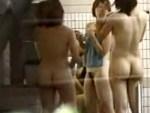 【銭湯盗撮動画】運動系の女子大生サークルが部活後の汗を流しに女湯で楽しそうな様子を隠し撮りww