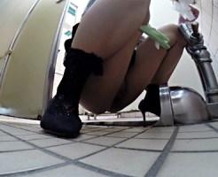【トイレ盗撮動画】排出中タイミング良くドアが壊れて勝手に開く公衆トイレで素人のマジ焦りww